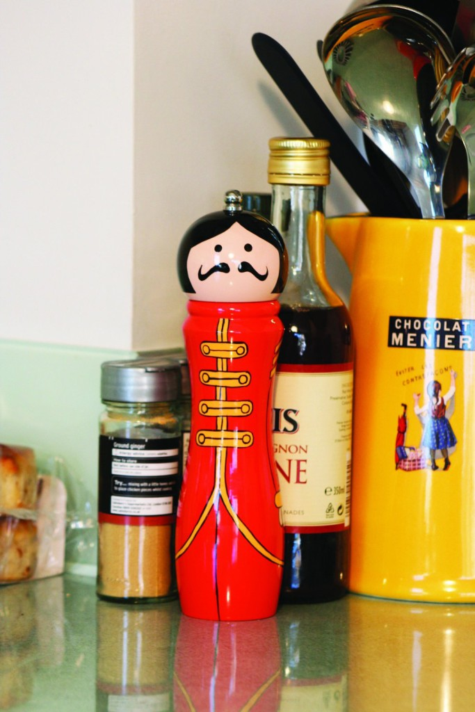 sergeant-pepper-pepper-mill-with-kitchen-gear